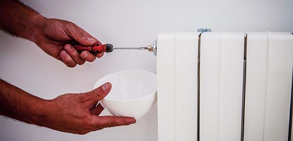 Ahorro gasóleo calefacción.  Purgar radiadores